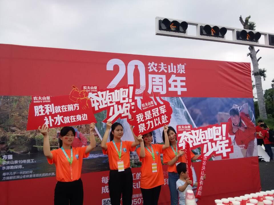 商院青年志愿者助力湘江马拉松比赛